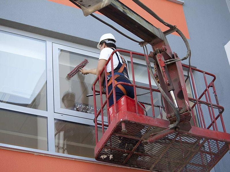 mycie okien na rusztowaniu